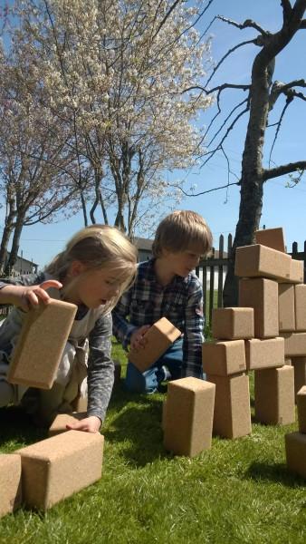 Kinder-grosse-Baukloetze-im-Freien-Garten